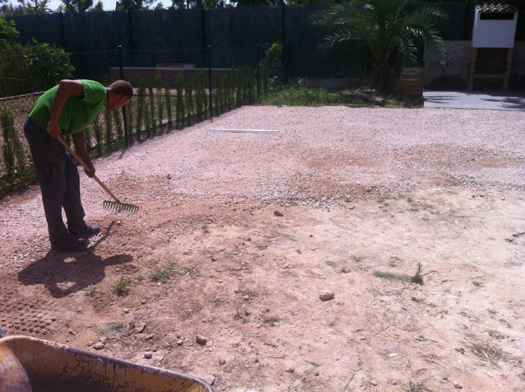 como poner cesped artificial en tierra