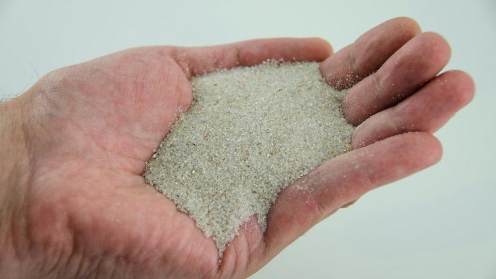 cuanta arena de silice para cesped artificial