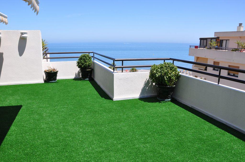 cesped artificial en terraza