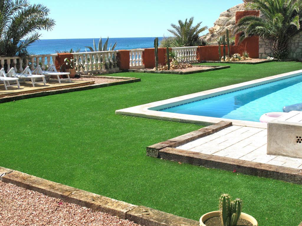 césped artificial en piscina y exteriores
