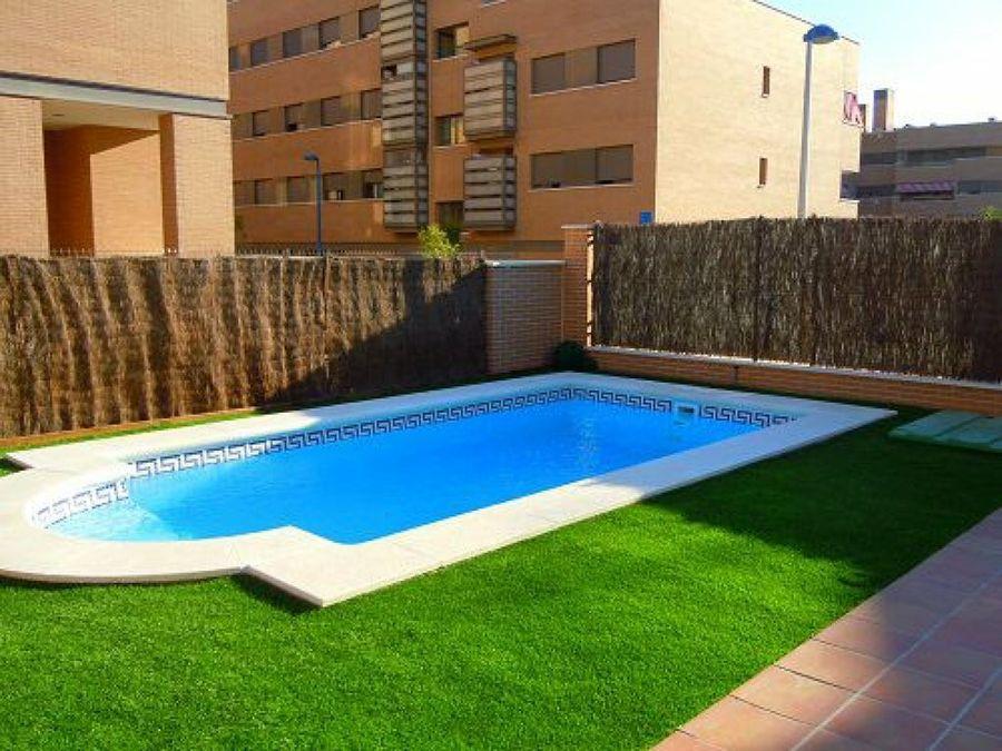 cesped artificial alrededor piscina