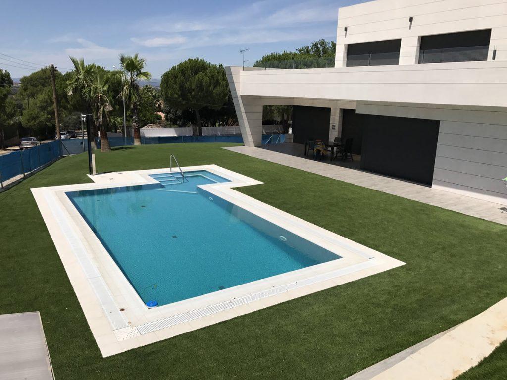 cesped artificial para piscinas comunitarias