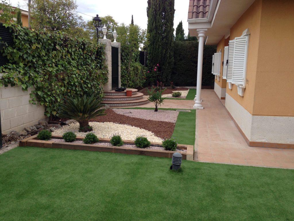 jardines con cesped artificial y grava