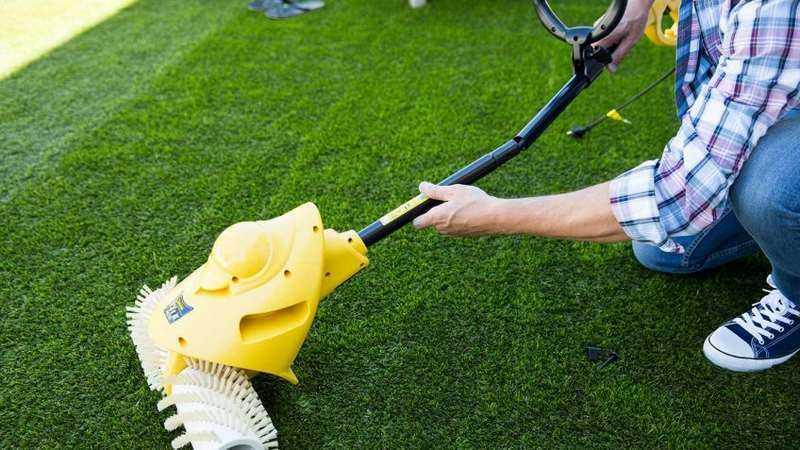 como limpiar cesped artificial en terraza